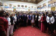 بالصور فوضى وتدافع.. عندما التقت 1500 امرأة بوتين!