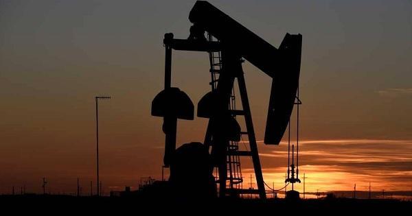 أسعار النفط تتراجع مع ارتفاع مخزون أميركا