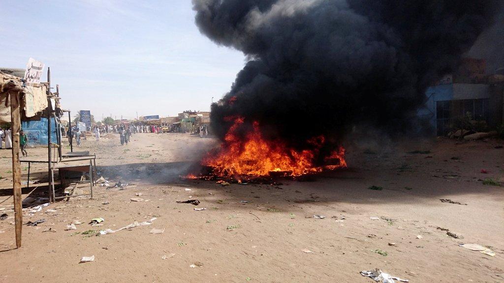 إضرام النار في مكاتب للحزب الحاكم في السودان احتجاجا على رفع سعر الخبز