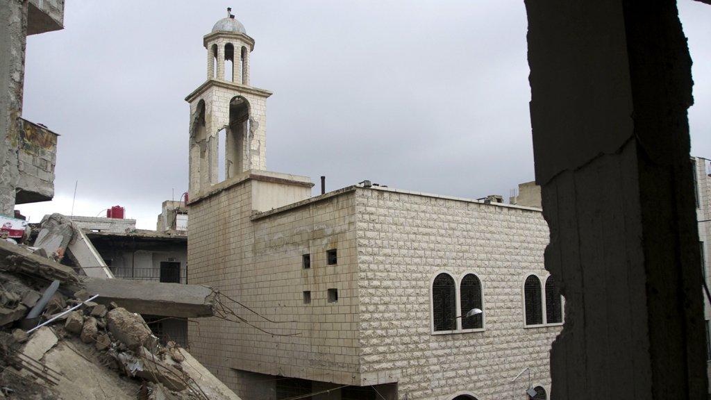ركام بدل شجرة الميلاد في باحة كنيسة بلدة عربين السوريّة