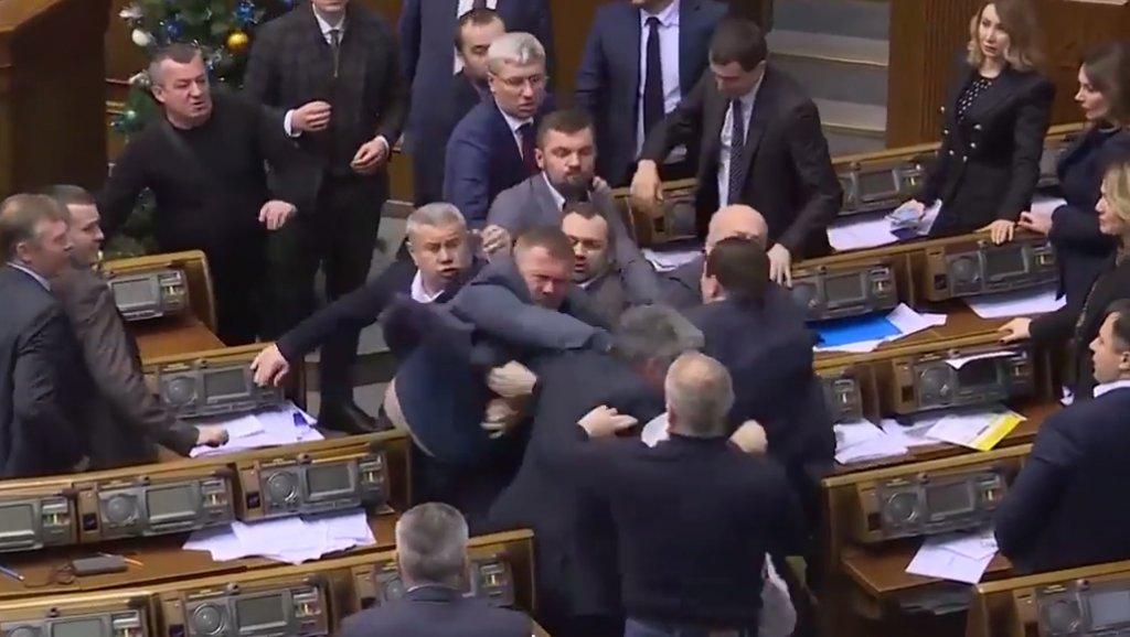 قتال عنيف بين نواب البرلمان الأوكراني والسبب... روسيا وبوتين!