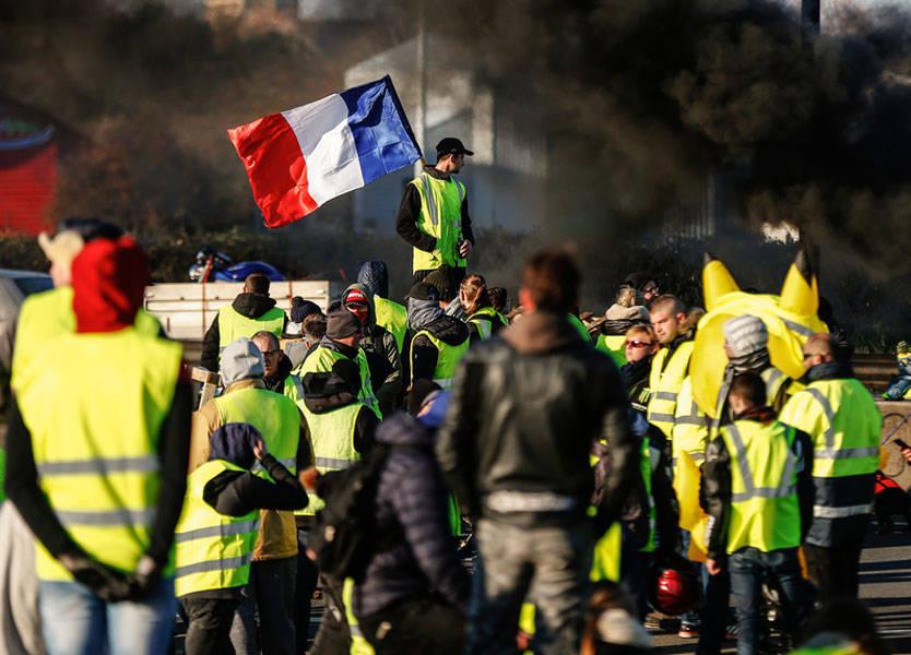 أسبوع حاسم في فرنسا لاحتواء أزمة