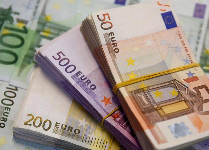 اليورو يتراجع جراء مخاوف تباطؤ الاقتصاد والدولار يصعد