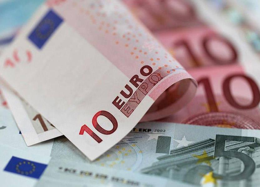 اليورو ينخفض بعد تجدد مخاوف الركود