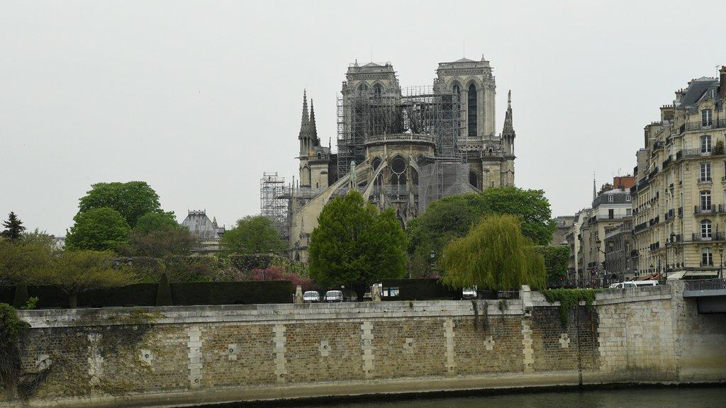 العالم كله يبكي سيدة باريس... وتحذيرات من