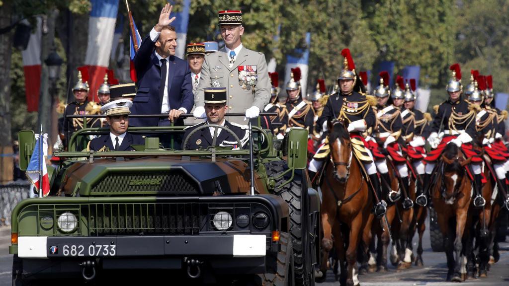 فرنسا تحتفل بعيدها الوطني تحت شعار محبب لقلب ماكرون: