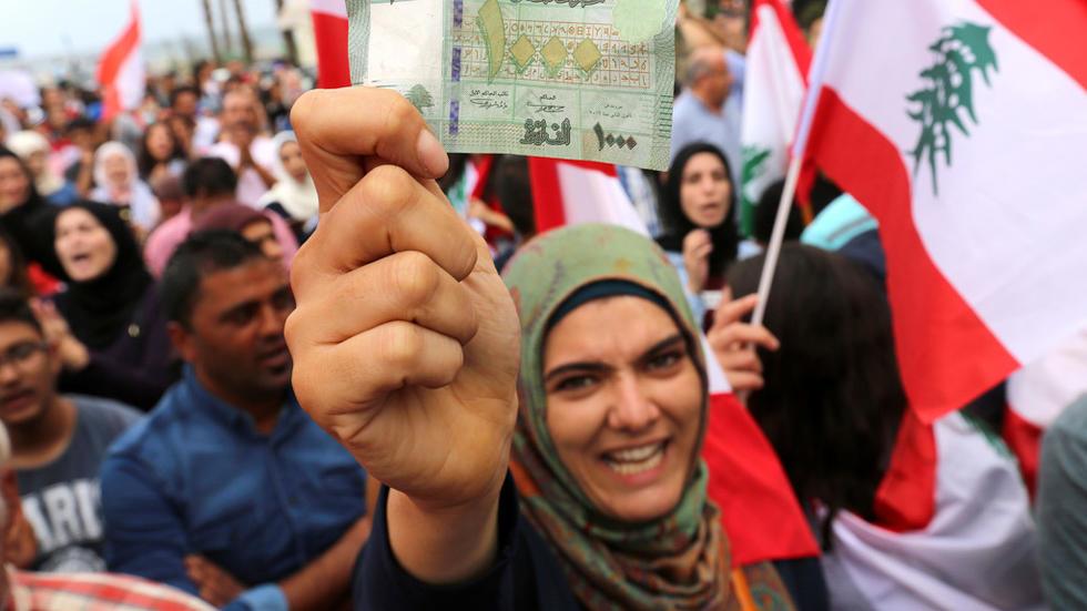 المتظاهرون يصرون على مواصلة حراكهم والجيش اللبناني يفتح الطرق بالقوة