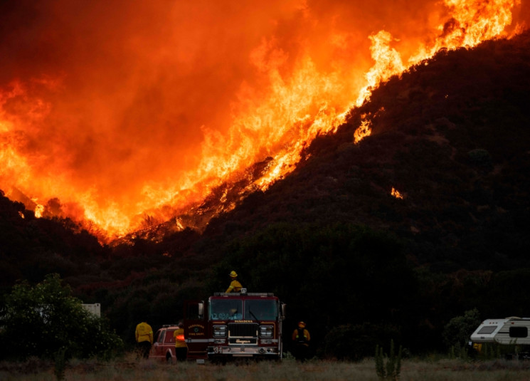 كاليفورنيا المشتعلة.. حرائق جديدة ودرجة حرارة قياسية وإخلاء جوي نادر